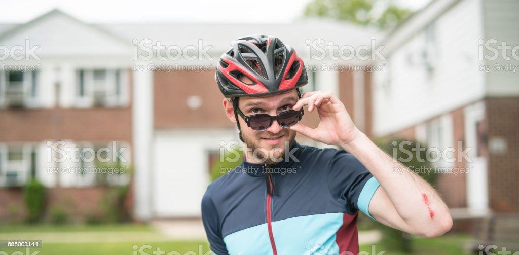 Schönen jungen gut ausgebildeten Mann posiert mit dem Sport-Fahrrad Lizenzfreies stock-foto