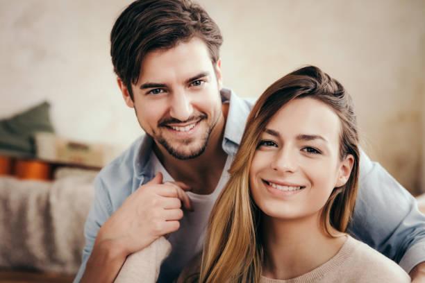 молодая счастливая пара взрослых - kiss стоковые фото и изображения
