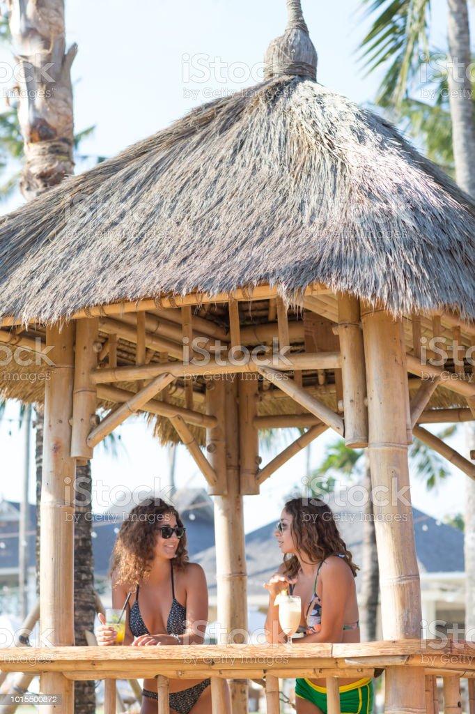 Jonge gelukkig aantrekkelijke meisjes met alcoholvrije cocktails glimlachend en plezier op zomer partij in de buurt van het zwembad. Zomervakantie en actieve vakantie concept. foto