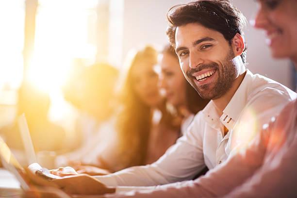 Junge glücklich Geschäftsmann auf einer Besprechung im Büro. – Foto
