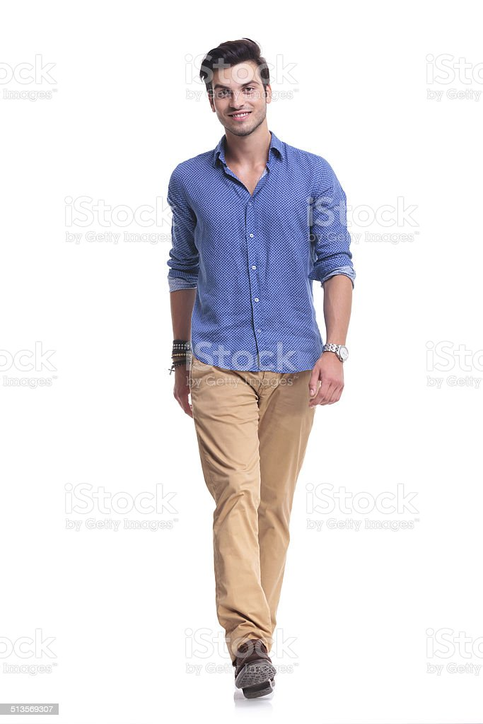歩く若い幸せなカジュアルな男性 ストックフォト
