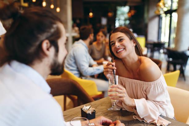 Junge glückliche Paar zu einem Zeitpunkt in einem Coffee-shop – Foto