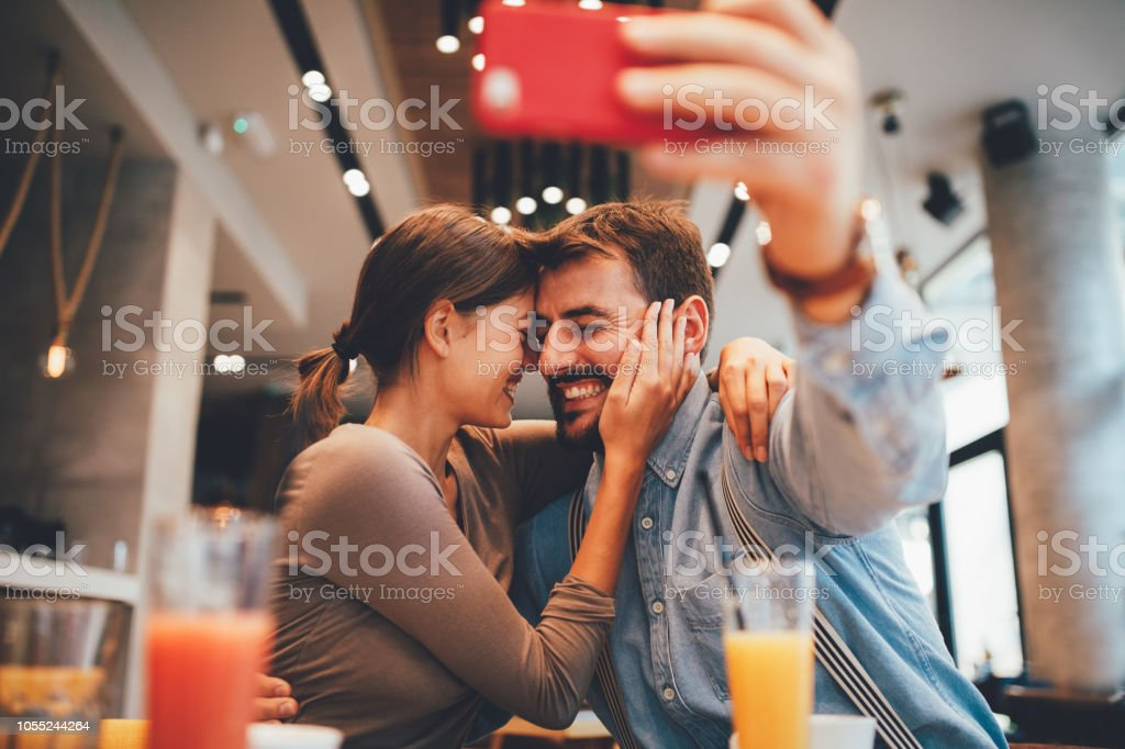 Junge glückliche Paar zu einem Zeitpunkt machen Selfie in einem Coffee-shop – Foto