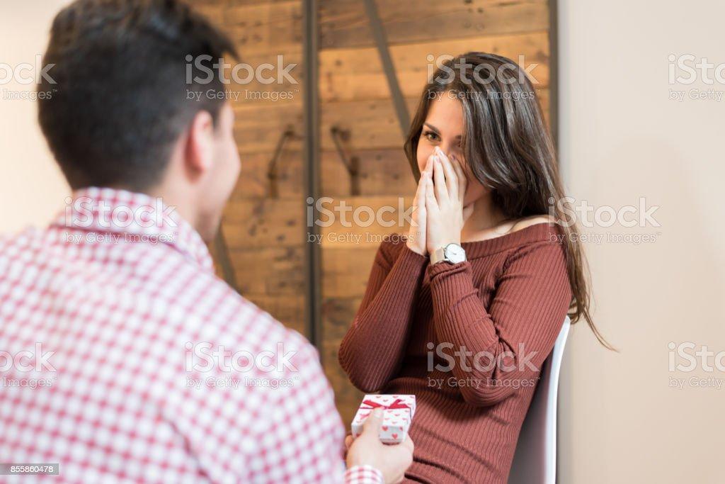 エンゲージメントの提案を祝う幸せなカップル ストックフォト
