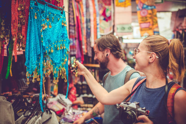 Junges glückliches Paar entdeckt Geschenke-Markt auf Reisen – Foto