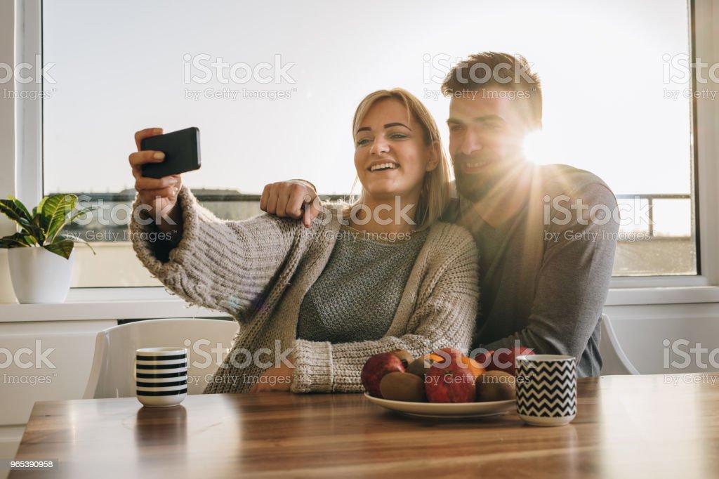 Couple heureux s'amuser tout en prenant un selfie avec téléphone intelligent. - Photo de Adulte libre de droits