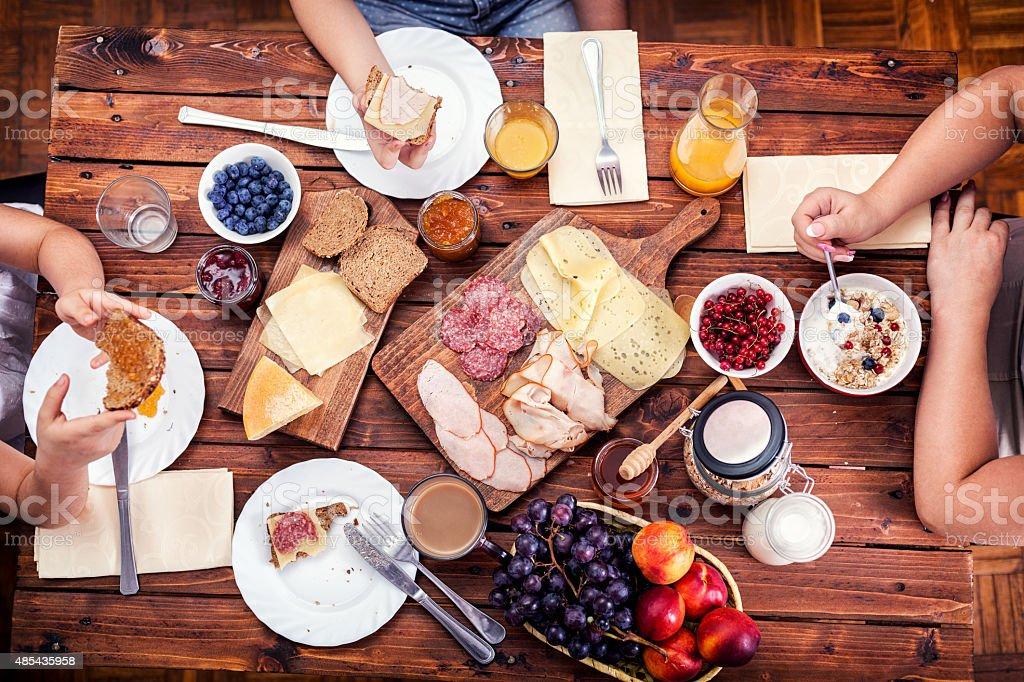Jeune famille heureuse d'avoir le petit déjeuner photo libre de droits