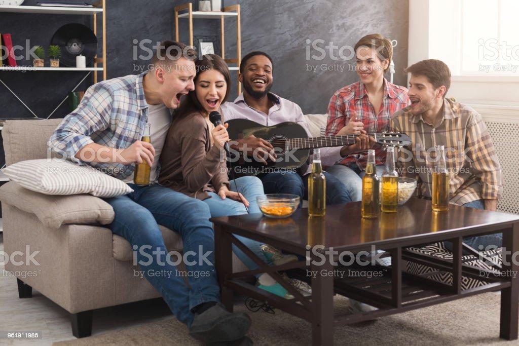 年輕快樂的朋友在家裡開派對 - 免版稅一組物體圖庫照片