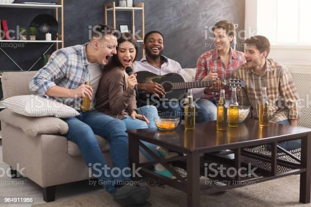 年輕快樂的朋友在家裡開派對 照片檔及更多 一組物體 照片