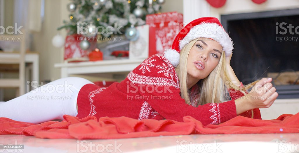 Young happy girl lying on red blanket next to fireplace foto royalty-free