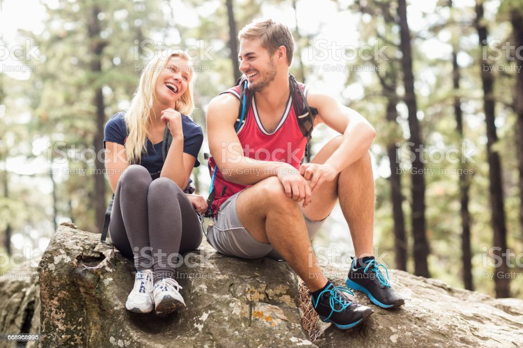 Young happy hiker couple looking at each other foto stock royalty-free