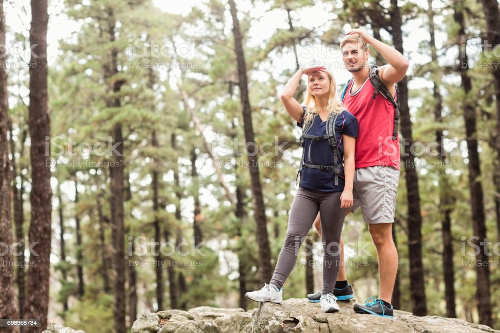 Young happy hiker couple looking away foto stock royalty-free