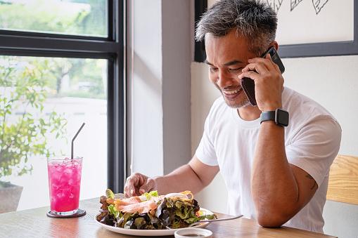 Ung Lycklig Man Njuter I En Hälsosam Mål Tid-foton och fler bilder på Använda telefon