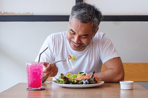 Ung Lycklig Man Njuter I En Hälsosam Måltid-foton och fler bilder på Asiatiskt och indiskt ursprung