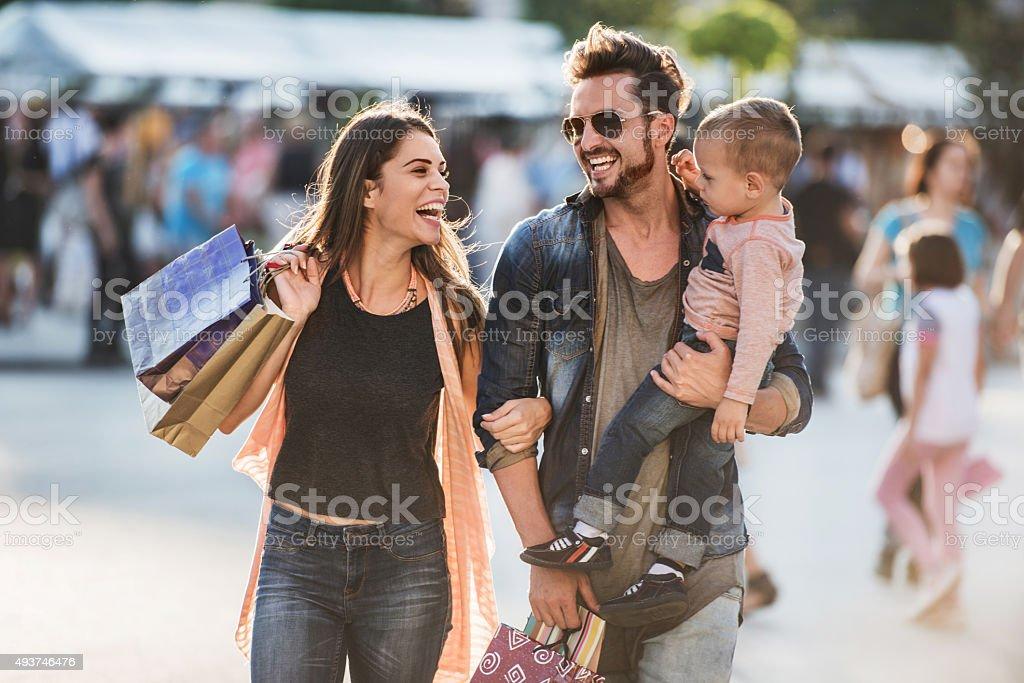 Junge Glückliche Eltern, die Spaß mit Ihren Sohn Einkaufsmöglichkeiten. – Foto