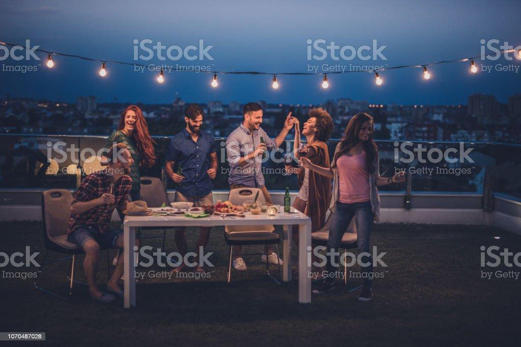 Jóvenes Felices Divertirse Bailando En Una Noche De Fiesta
