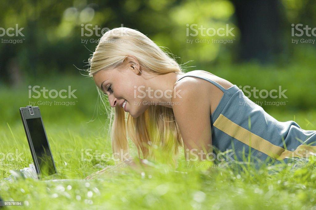 Jeune heureux souriant Femme avec ordinateur portable, en plein air photo libre de droits