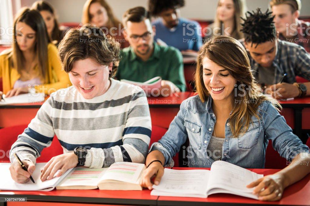 Foto de Jovens Estudantes Felizes Aprendendo Sobre Uma Classe Na ...