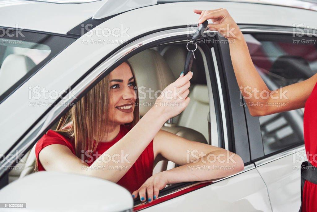 Glücklich zwei junge Frau in der Nähe das Auto mit Schlüssel in der hand - Konzept der Kauf Auto – Foto