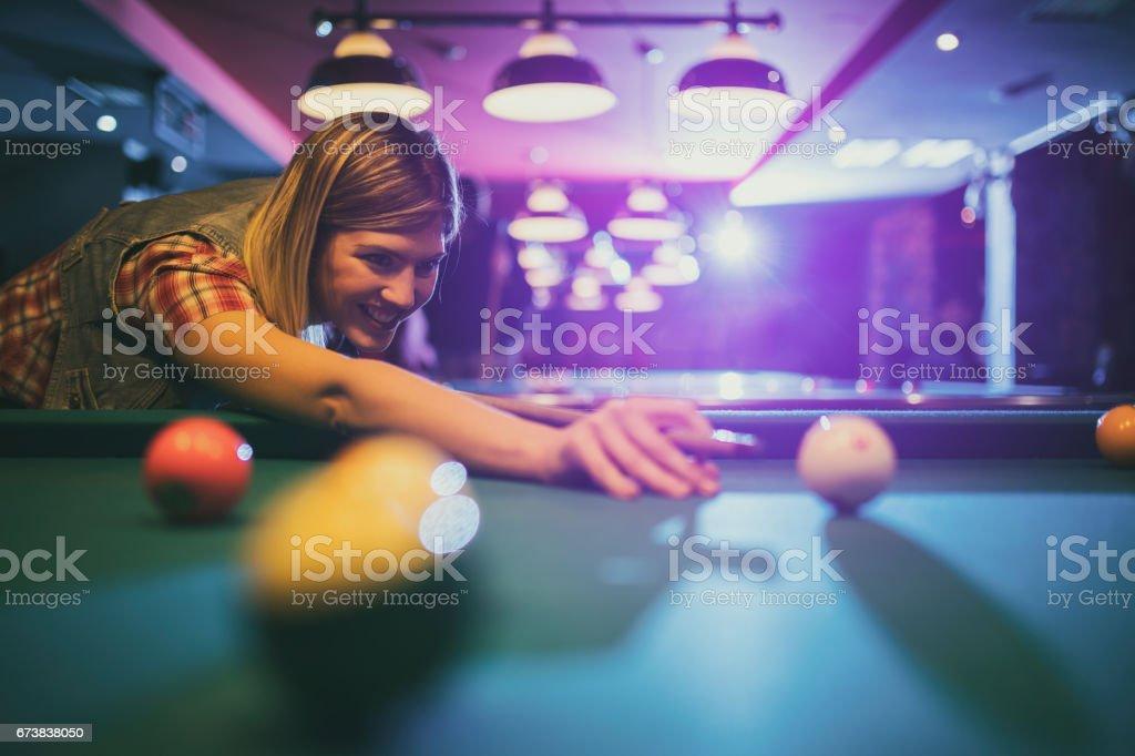 Havuz topu eğlence kulübünde nişan genç mutlu bir kadın. royalty-free stock photo