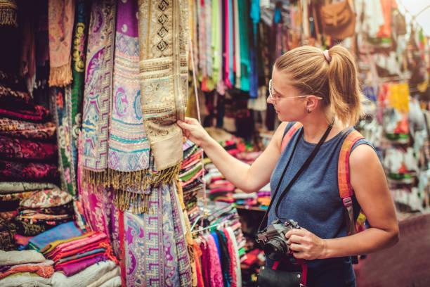 Junge glückliche Frau entdeckt Geschenkmarkt während der Reise – Foto