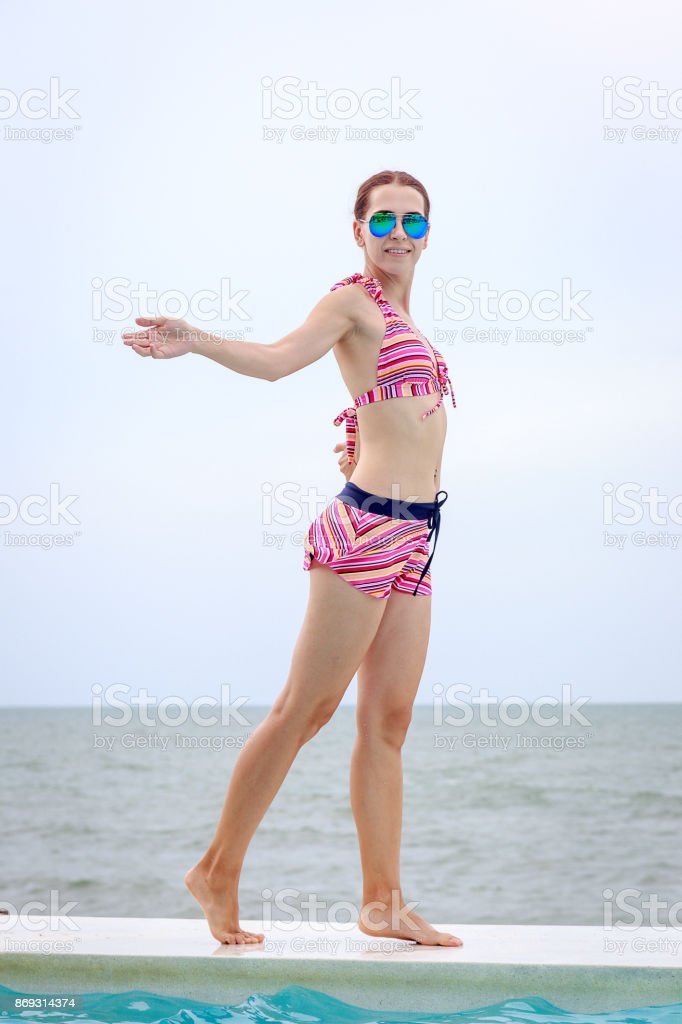 Heureuse Bikini Sexy Femme De À Jeune La Plage En Pose Mer QdBoerWCx