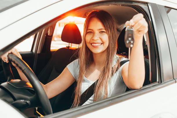 Junge glückliche Frau zeigt den Schlüssel des neuen Autos – Foto