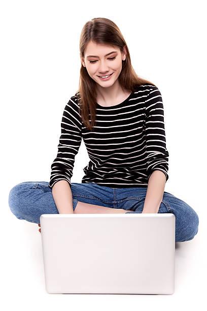 junge glückliche frau mit computer auf etage e-commerce-stock-bilder - schnell lesen lernen stock-fotos und bilder