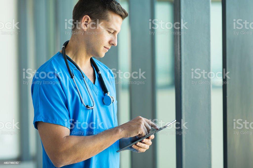 Jeune Travailleur de la santé à l'aide d'une tablette pc - Photo