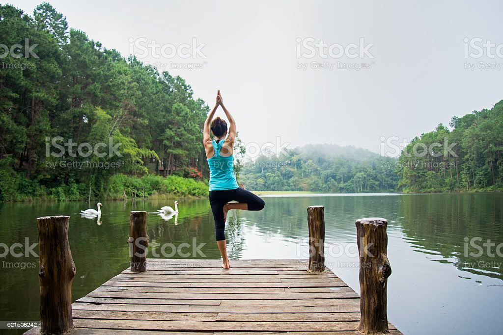 Young healthy woman practicing yoga foto stock royalty-free