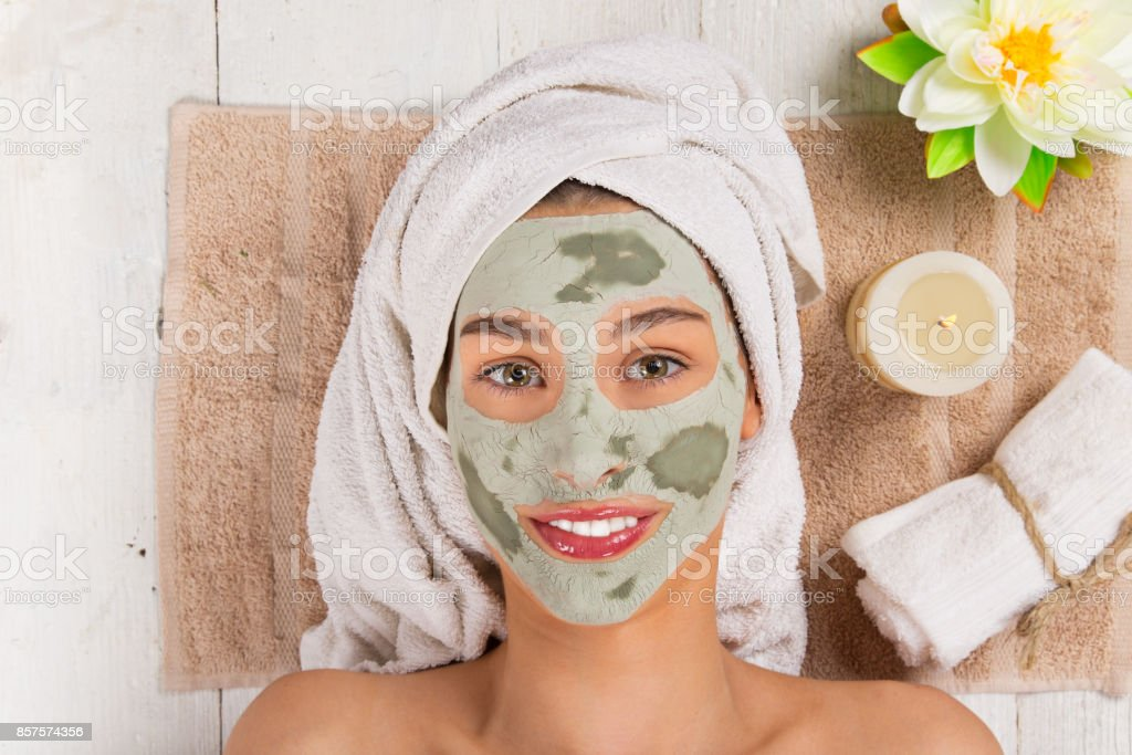 Jeune femme en bonne santé avec masque facial - Photo