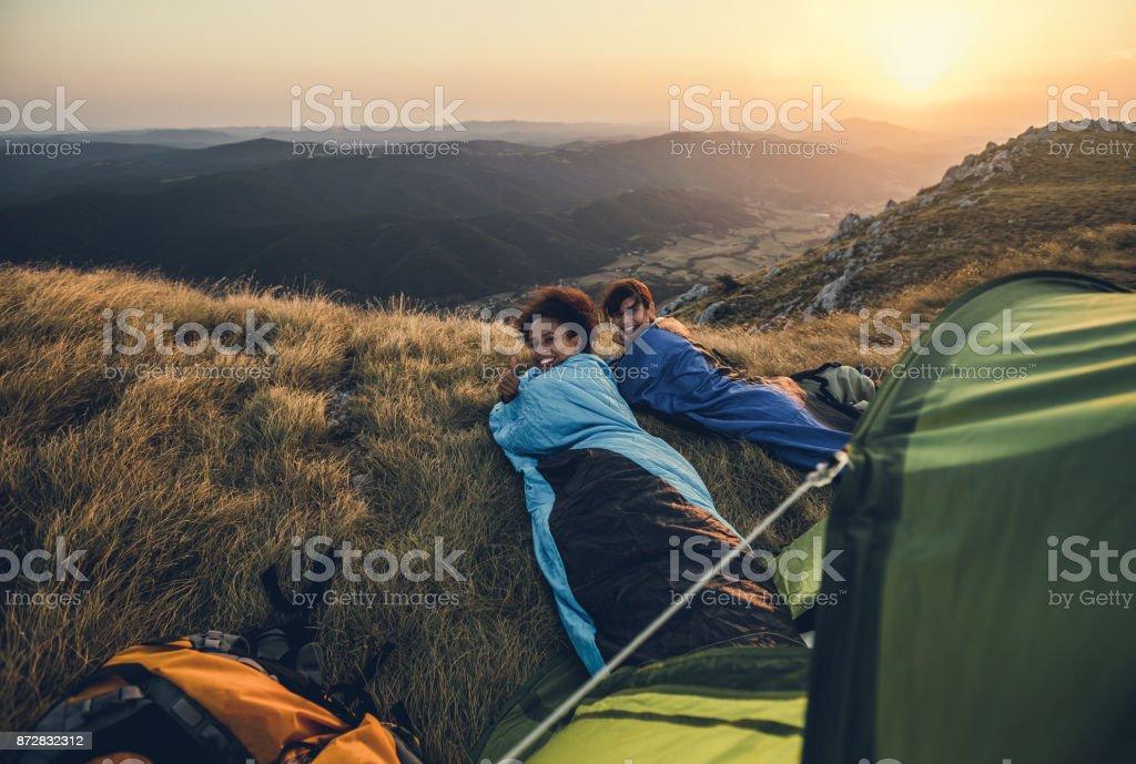 Junge Wanderer Camping auf Hügel – Foto
