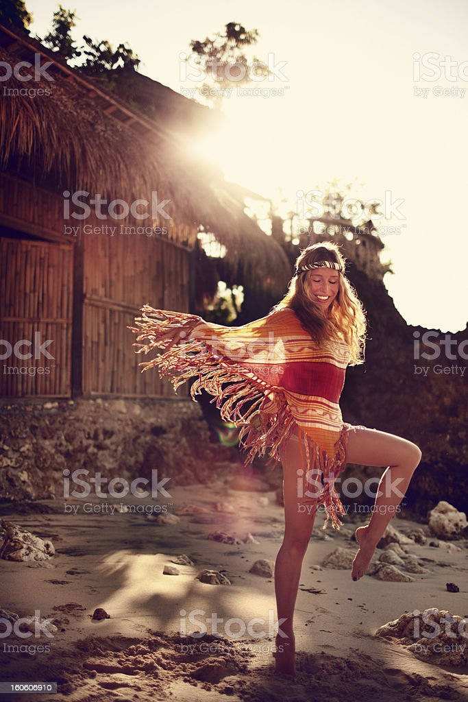 Mujer joven hippy - foto de stock
