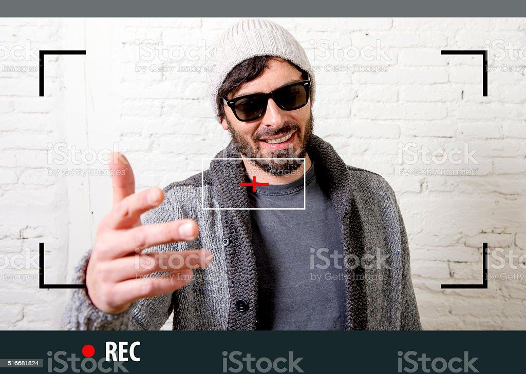 33498280188d Uomo giovane hipster Blogger di registrazione video selfie Internet per Blog  foto stock royalty-free
