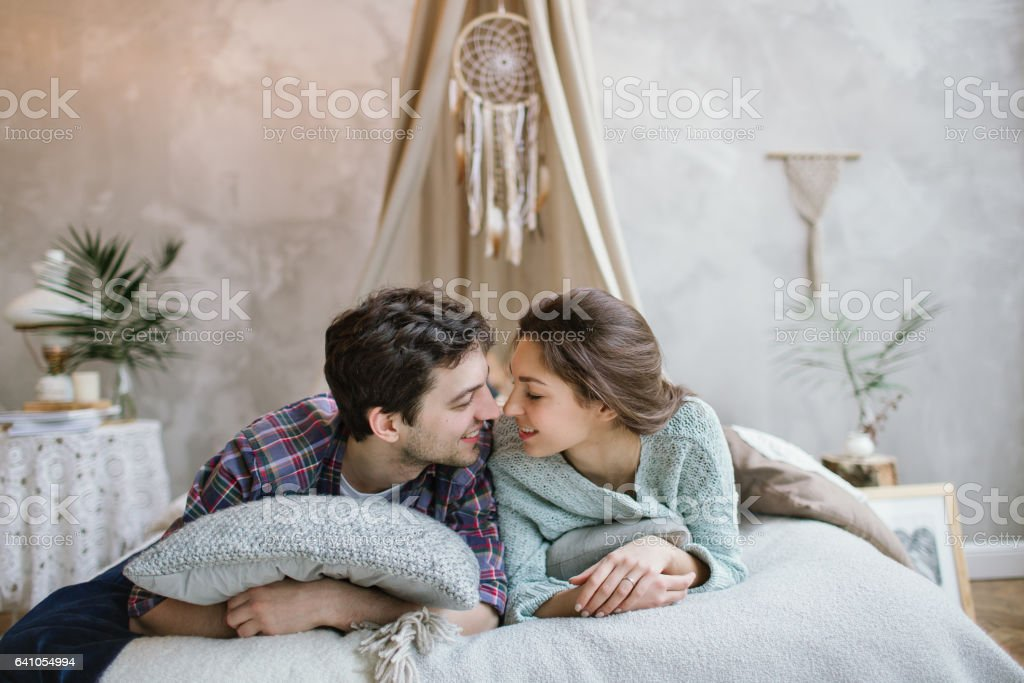 Young hipster couple having fun on handmade bed with dreamcatcher – Foto