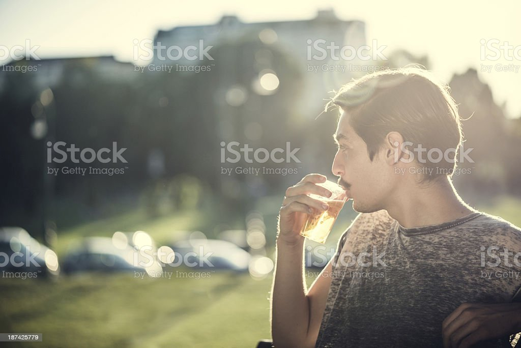 Junge Hipster trinken Bier im Park – Foto
