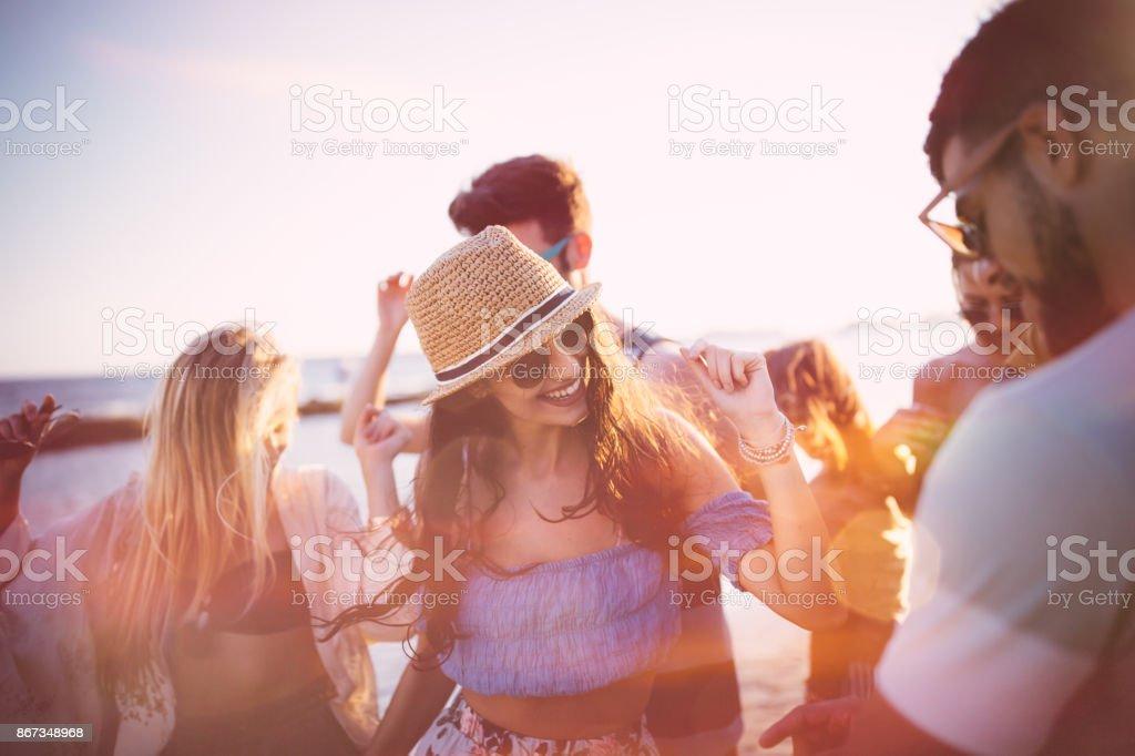 Junge Hipster-Freunde in den Sommerferien am Strand tanzen feiern – Foto