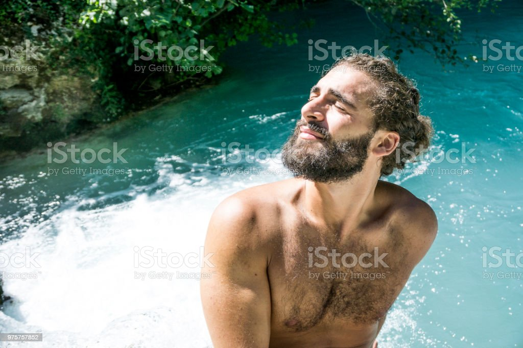 Junge Hipster Mann am Fluss - Lizenzfrei Badebekleidung Stock-Foto
