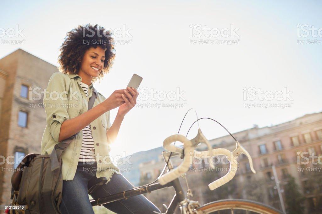 Junge Hipster Frau in den Straßen von Barcelona zu pendeln. – Foto