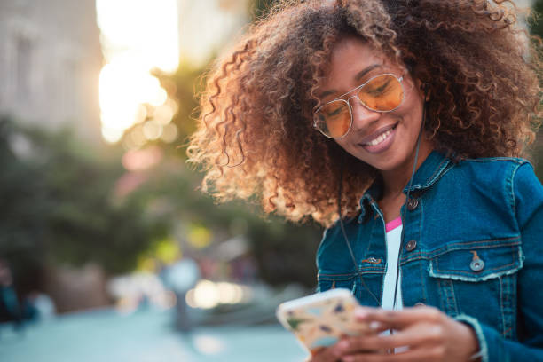 barcelona, sokaklarında genç hipster kadın. - y jenerasyonu stok fotoğraflar ve resimler