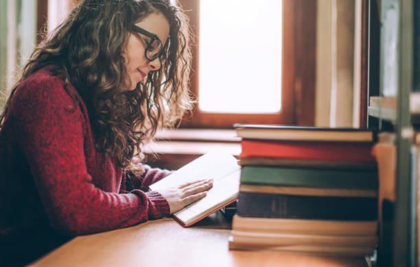 Junge hipster Frau entspannen, während Sie ein Buch lesen. – Foto