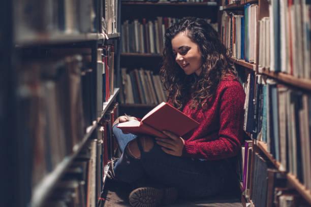 Jeune hipster femme se détendre tout en lisant un bon livre. - Photo
