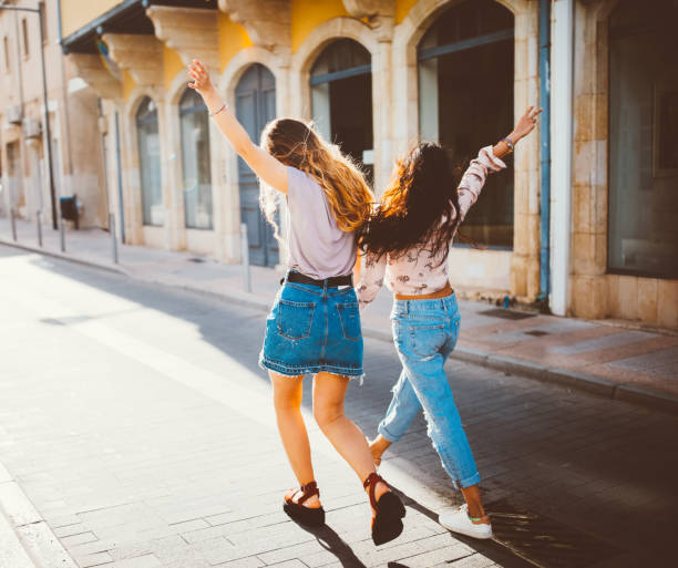 mulheres jovens hipster nos feriados andando alegremente em velhas ruas - viagem de primeira classe - fotografias e filmes do acervo