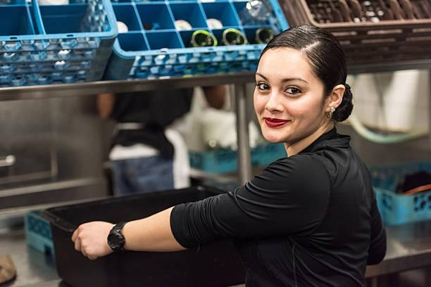 Jeune femme hispanique cuisine travailleur - Photo
