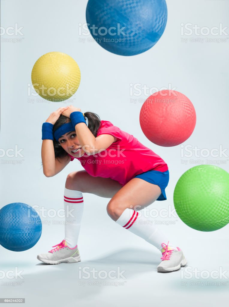 Jeunes femmes hispaniques jouant Dodgeball - Photo