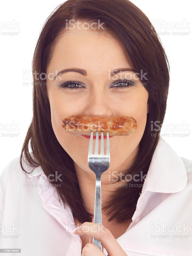Jeune femme tenant un humour de porc saucisse sur la fourche - Photo