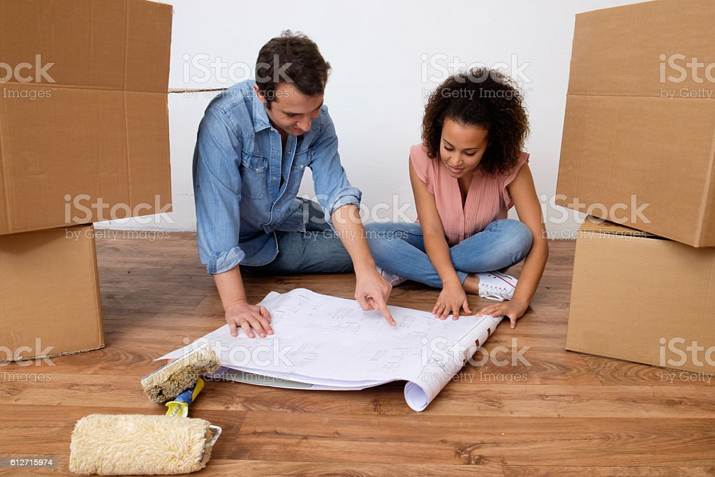 Young interracial couple ready for home relocation - foto stock