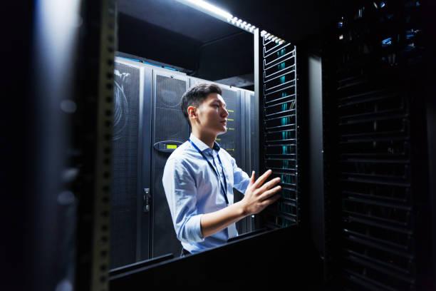 ingenieur young het center dataservers inspecteren - datacenter stockfoto's en -beelden