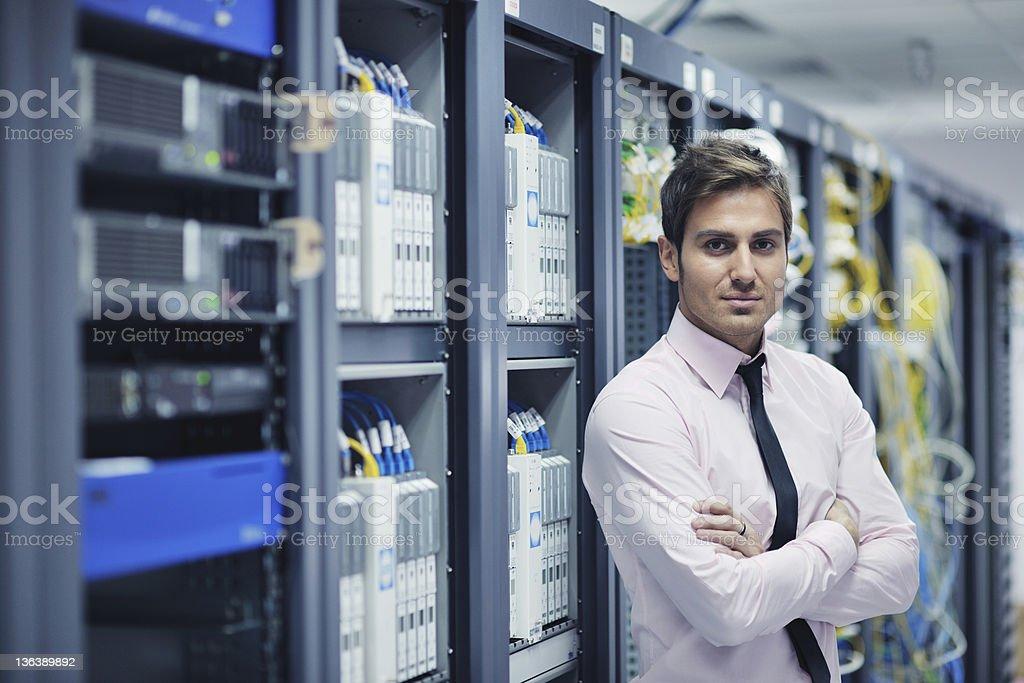 Junge es Techniker stehen in der Nähe von Rechenzentrum Server – Foto