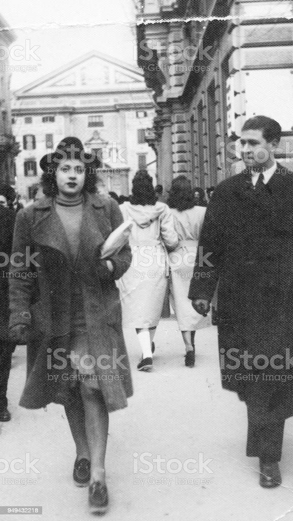 1942 年に歩く若いイタリア人女...